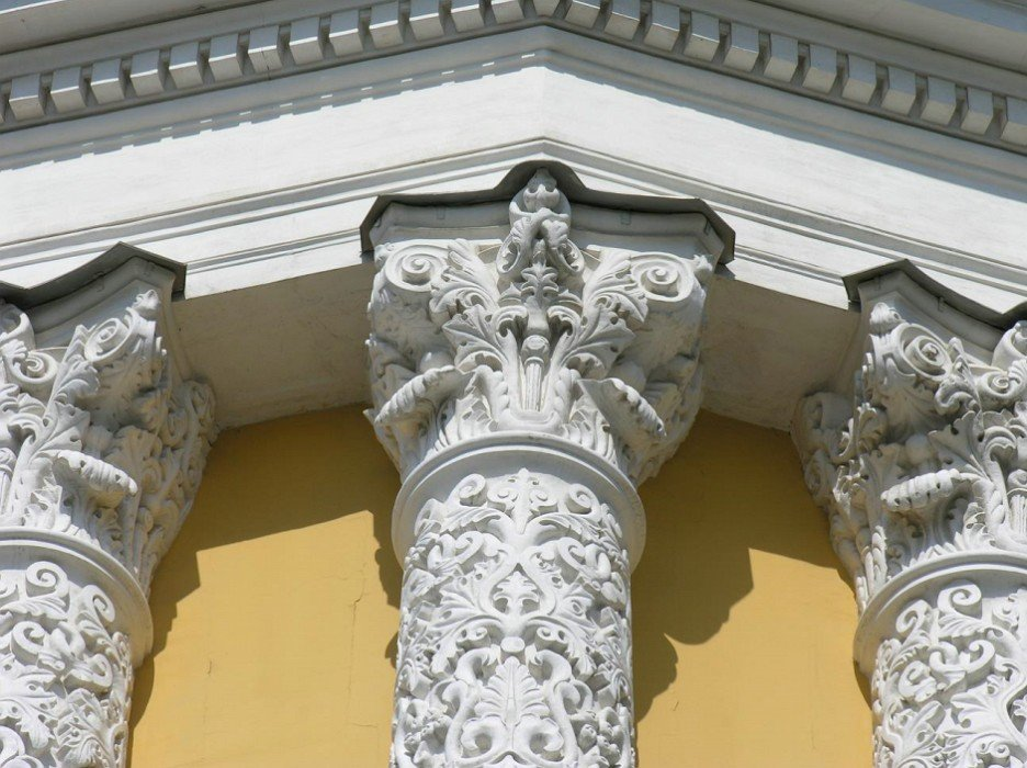 Architectural decor of the Armoury Chamber. Fragment of the entablement, three-quarter pillars and capitals